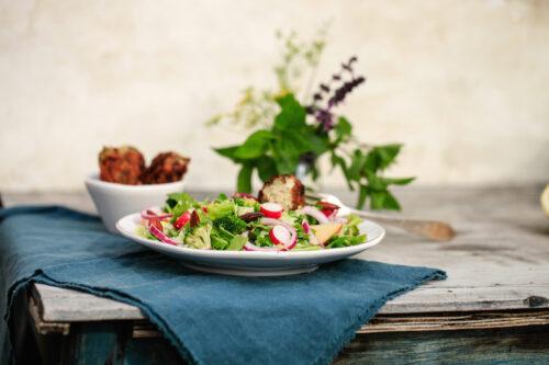 spicy fiskefrikadeller med kålsalat