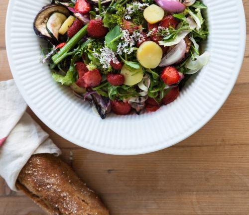Salat med grillede jordbaer