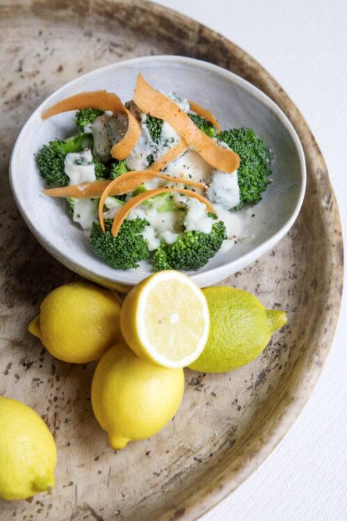 Broccolisalat - opskrift paa laekker broccolisalat