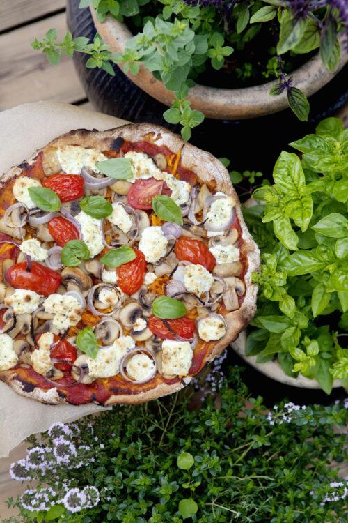 glutenfri pizza med lækkert fyld og salat