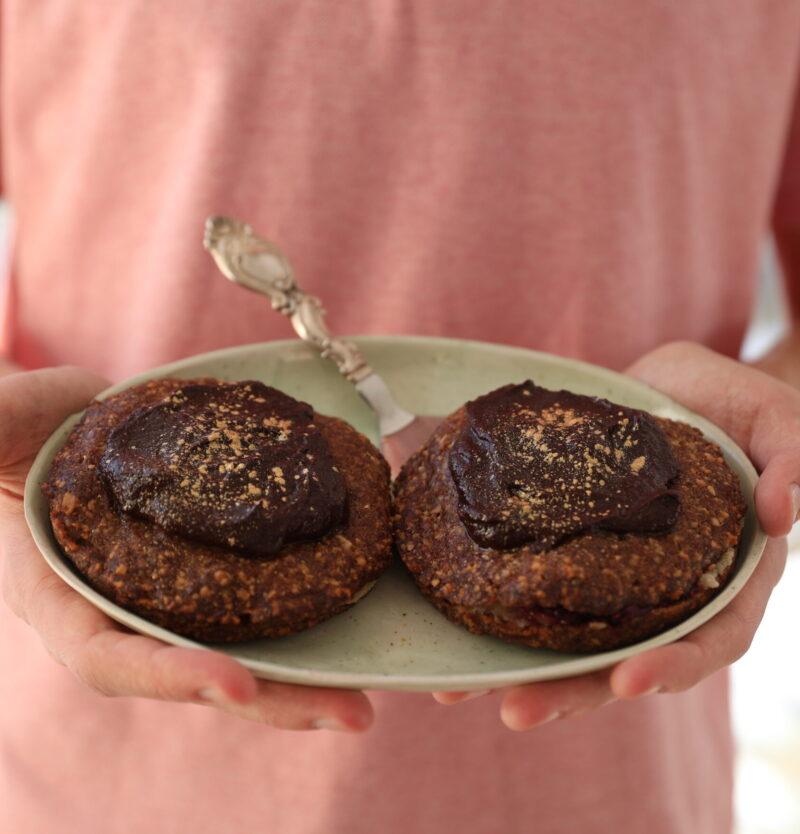 Glutenfri fastelavnsboller præsenteret på en lysegrøn tallerken