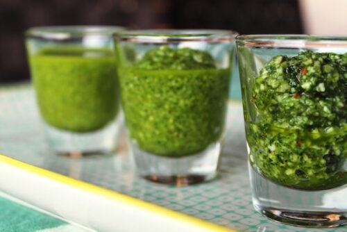 Pesto af vilde urter