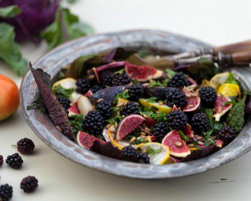 Salat med roedbeder og brombaer