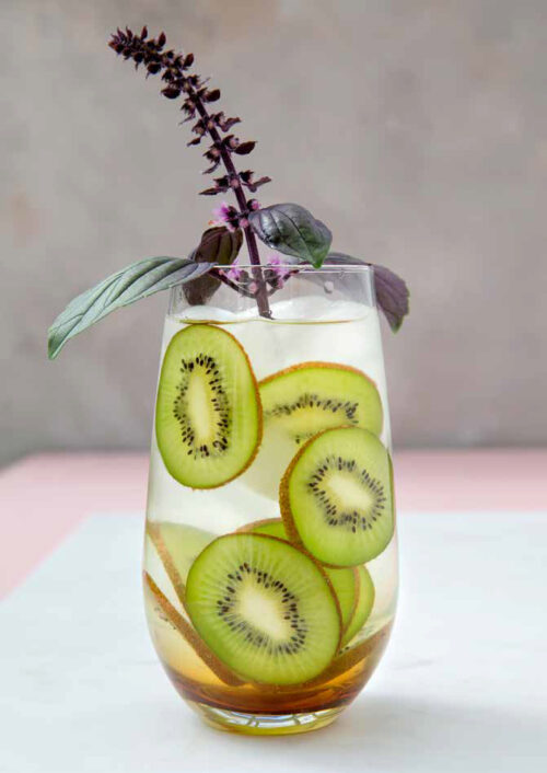 Infused water med kiwi og basilikum