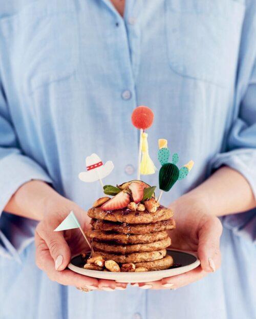 Smaa pandekager med banan og guleroedder