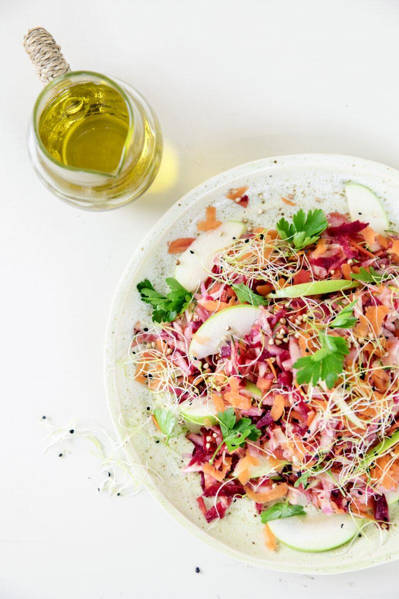 Raakostsalat - verdens bedste med roedbeder og guleroedder