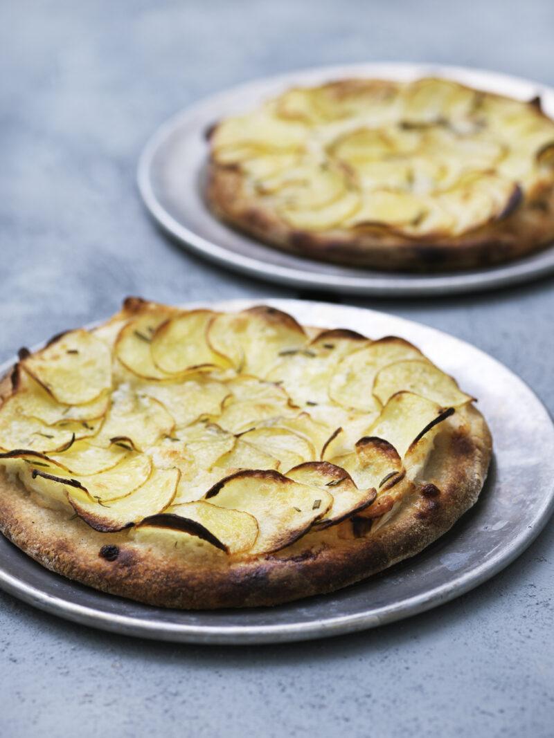 Kartoffel pizza med ost og rosmarin