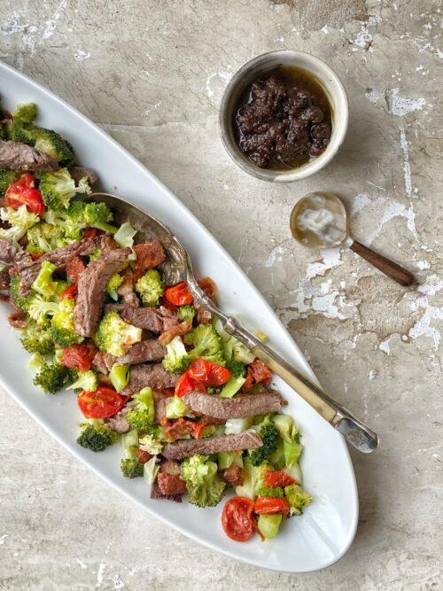 Broccolisalat med oksekoed
