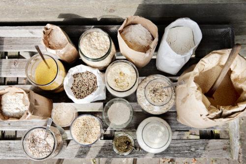 En samling af ingredienser til at bage glutenfrit brød