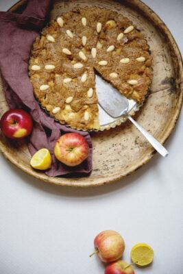 glutenfri æblekage med små æbler på brunt tærtefad