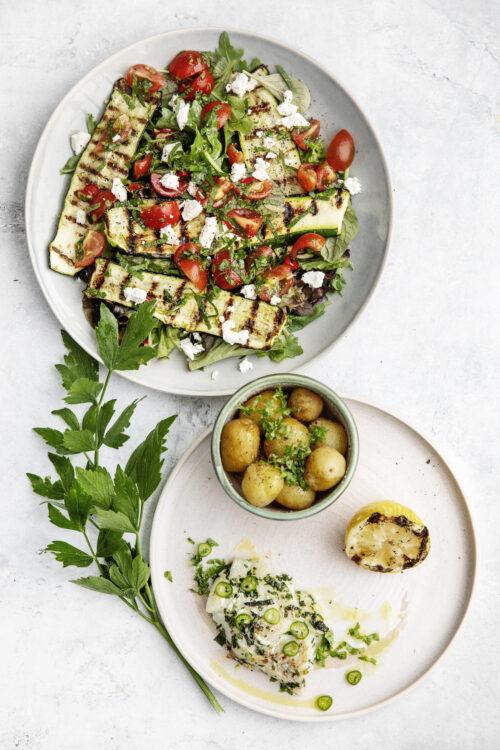 Salat med grillet squash og fisk